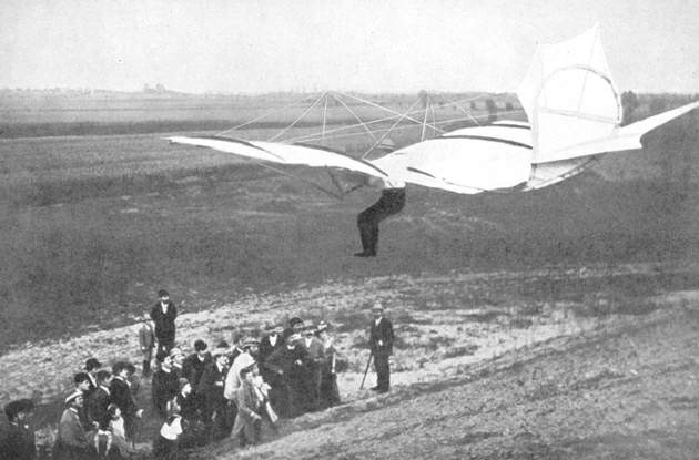 Otto Lilienthal glides toward a crowd.