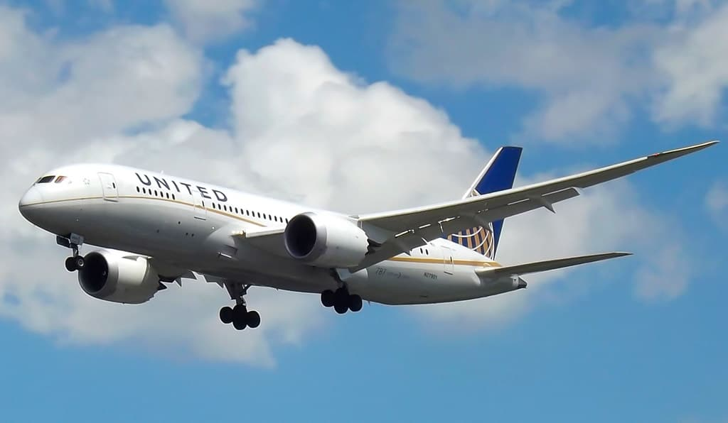 United Boeing 787 in flight